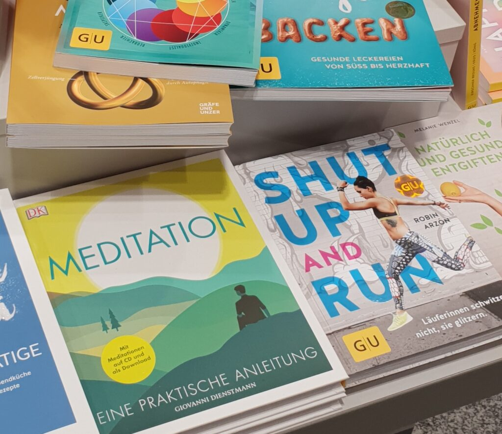 "Bücher in einer Buchhandlung: ""Meditation"" und ""Shut up and Run"""